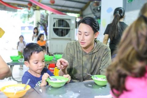 Rocker Nguyen nau com cho tre em mo coi trong ngay sinh nhat hinh anh