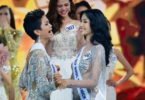 Khoanh khac dang quang cua tan Hoa hau Hoan vu Viet Nam 2017 hinh anh 1
