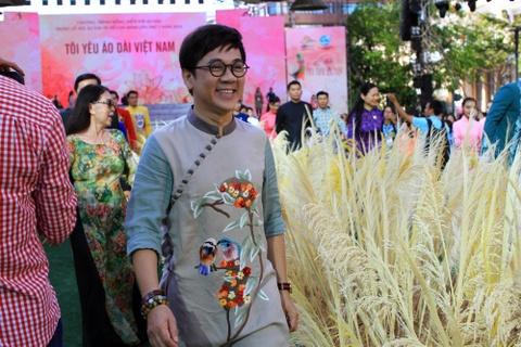 Dan sao Viet cung 3.000 nguoi mac ao dai o pho di bo Nguyen Hue hinh anh 2