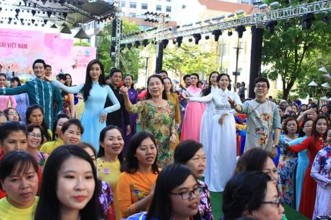 Dan sao Viet cung 3.000 nguoi mac ao dai o pho di bo Nguyen Hue hinh anh 6