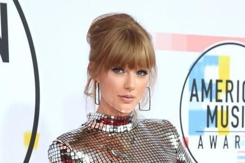 Taylor Swift ap dao dan sao tren tham do American Music Awards hinh anh