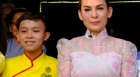 Ho Van Cuong lon phong phao, cung me Phi Nhung trao qua ba con ngheo hinh anh