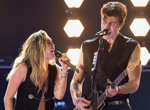 Vua ket hon, Miley Cyrus mac xe nguc tao bao song ca dan em tai Grammy hinh anh