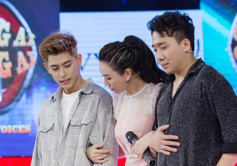 Tran Thanh 'dau kho' khi bi Hari Won che truoc mat thi sinh nam hinh anh