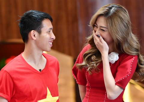 Hung Dung va A hau Phuong Nga vui ve tro chuyen ve SEA Games hinh anh