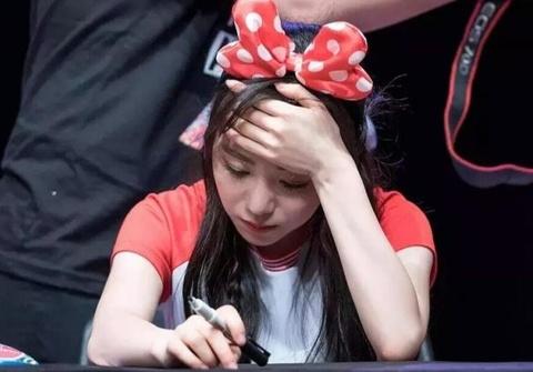 Bang chung Mina (AOA) bi dong nghiep bat nat ngay truoc ong kinh hinh anh