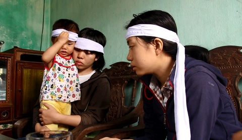 Gia canh khon kho cua 3 chi em gai hien tang me cho y hoc hinh anh