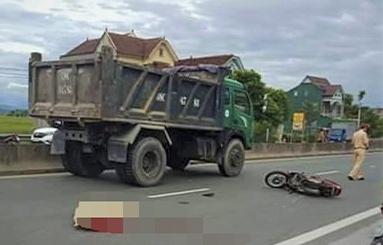 Tong vao duoi xe tai di lui ra quoc lo, mot nguoi tu vong hinh anh