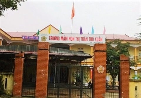 Be trai 3 tuoi tu vong trong lop hoc hinh anh