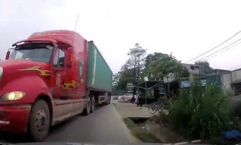 Container phanh 'chay duong' sau cu vuot au suyt doi dau xe con hinh anh