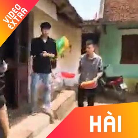Thanh nien cam hai ro vay rau song dieu luyen hinh anh