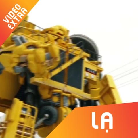 Xe cho rac bien hinh thanh robot Transformer trong 30 giay hinh anh