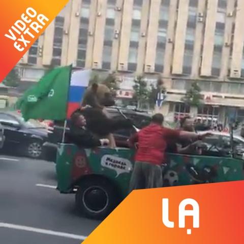 Chu 'gau' thoi ken, di vong quanh Moscow de co dong World Cup hinh anh