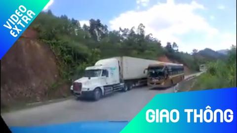 Container cung xe khach lan lan tranh duong tren deo hinh anh