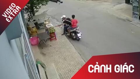 Thanh nien chay xe SH, an trom sau rieng tren via he hinh anh