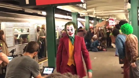 Lo them canh quay moi cua The Joker khi xuong tau dien ngam o My hinh anh