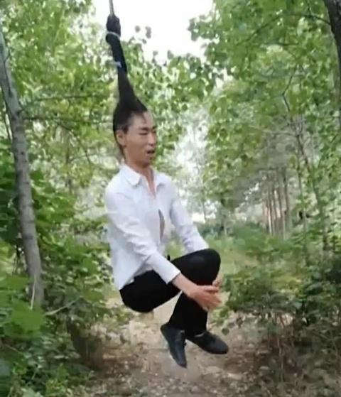 Nguoi dan ong Trung Quoc voi bo toc du khoe de lam xich du hinh anh