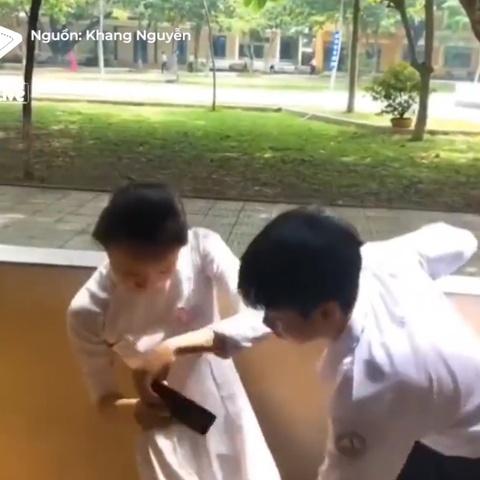 Doi ban 'dao dien' cho canh quay Hau Due Mat Troi giong ban goc hinh anh