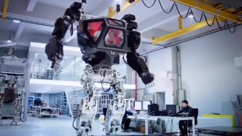 Robot voi phong dieu khien trong nguc nhu phim sieu nhan hinh anh