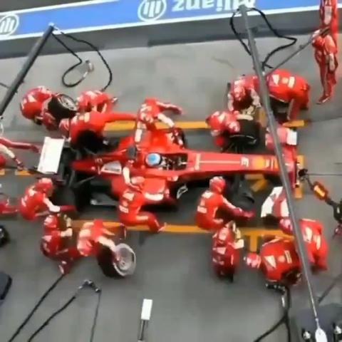Pha thay lop xe sieu toc cua doi dua xe F1 Ferrari hinh anh