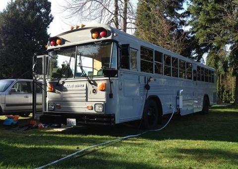 Do xe bus cu thanh nha cho nguoi vo gia cu hinh anh