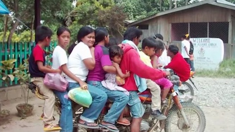 Doan nguoi 'chong chat' tren mot chiec xe may o Philippines hinh anh