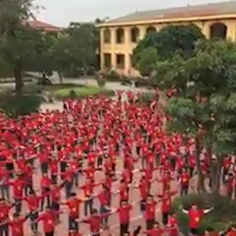 Hoc sinh mac ao co do sao vang nhay flashmob tiep lua DT Viet Nam hinh anh