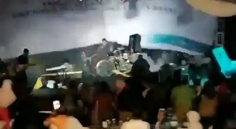 Song than Indonesia cuon phang ban nhac rock dang bieu dien hinh anh