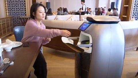 Khach san cua Alibaba su dung robot AI lam nhan vien thay con nguoi hinh anh