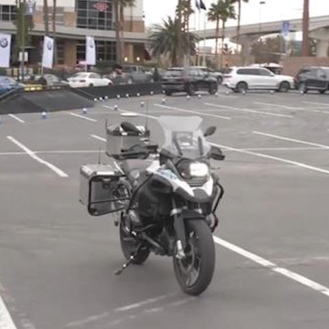 Moto BMW tu lai giu an toan cho nguoi lai hinh anh