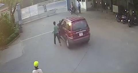 Vua dong cua xe, tai xe giat minh khi thay oto lao vut ra duong hinh anh