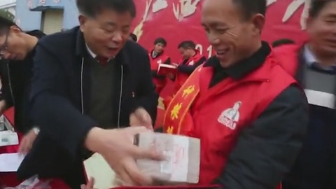 Nong dan Trung Quoc nhan gan 800.000 USD tien thuong Tet hinh anh