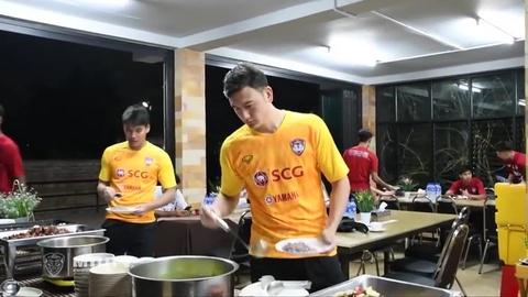 Bua an cua Van Lam va dong doi o Muangthong United hinh anh