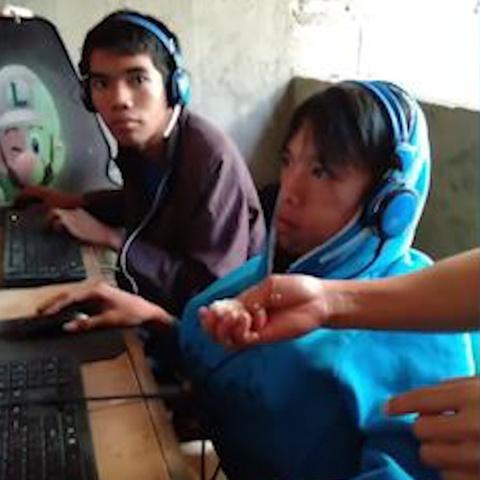 Me xuc com phuc vu con trai nghien game online o Philippines hinh anh