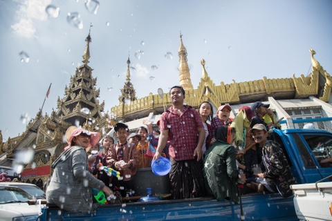Nguoi dan Myanmar cuong nhiet xuong duong don Tet te nuoc hinh anh 3