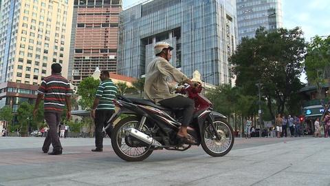 Chay xe may bang qua pho di bo Sai Gon hinh anh