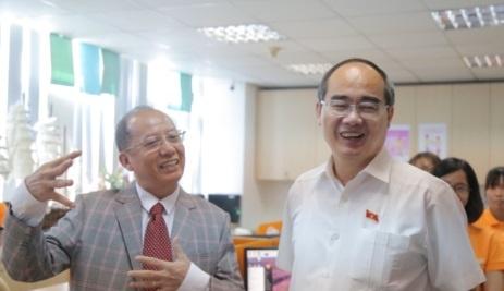 Bi thu Nguyen Thien Nhan noi tieng Anh, hoi tham nhan vien logistic hinh anh