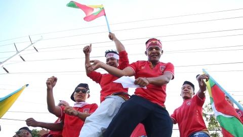 Khong khi le hoi cua CDV Myanmar va Viet Nam truoc tran dau hinh anh
