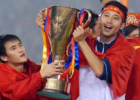 Chiec cup vang lich su tuyen Viet Nam vo dich AFF Cup 2008 gio ra sao? hinh anh