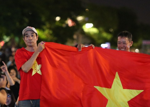 CDV Sai Gon doi mua xem bong da, tu tin Viet Nam co mat o vong 1/8 hinh anh