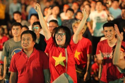 CĐV Sài Gòn nhảy múa vui sướng khi tuyển Việt Nam thắng Jordan
