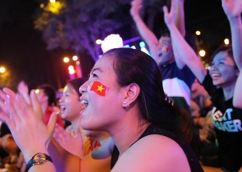 CDV Sai Gon vo oa sung suong khi VAR tu choi ban thang cua Nhat hinh anh