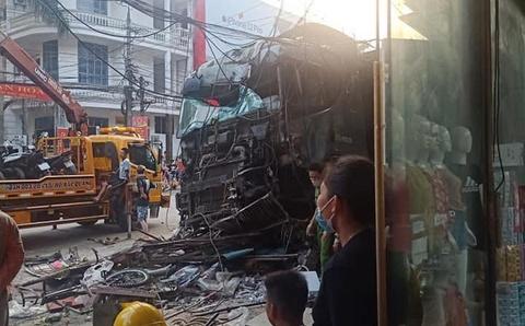 Vu xe container lao len via he: Tai xe khong vi pham toc do hinh anh