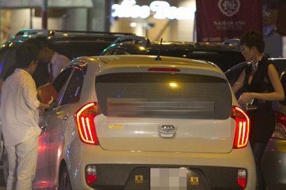 Phuong Uyen lai xe moi dua Thieu Bao Trang di dien hinh anh