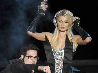 Khong thua ke, Paris Hilton miet mai lam them hinh anh
