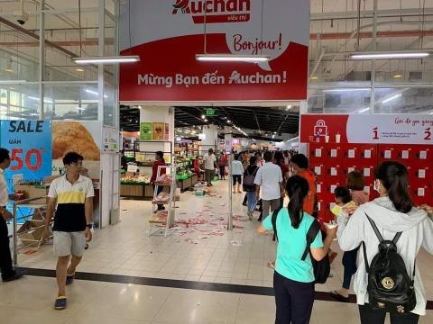 Auchan xa hang, nguoi Viet tranh cuop, xa rac hinh anh 1
