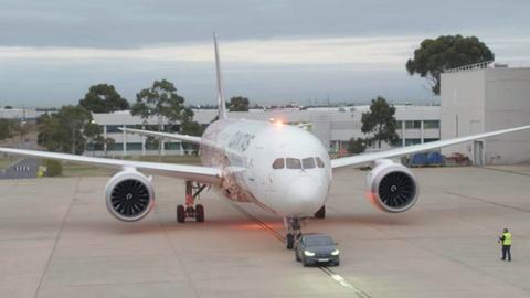 Xe dien Tesla Model X keo may bay Boeing 787-9 Dreamliner. hinh anh