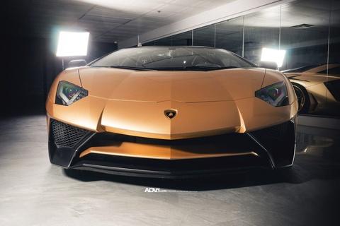 Lamborghini Aventador SV Roadster khoac mau gold dac biet hinh anh