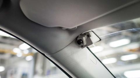 Volvo gay tranh cai khi them camera theo doi lai xe hinh anh