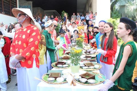 Khách Tây 'trốn' mùa đông sang Việt Nam làm bánh chưng